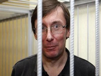 Из клетки Луценко метнул в прокуроров томик УПК